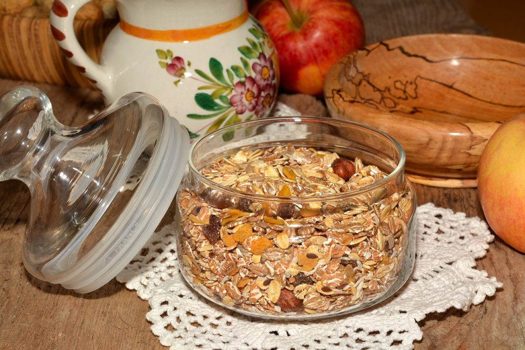 Similar to granola bars, a quick bowl of oatmeal can tide you over during golf.